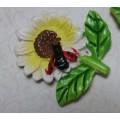 Декоративная акриловая фигурка 3см Цветок с божьей коровкой цвет: белый 1шт
